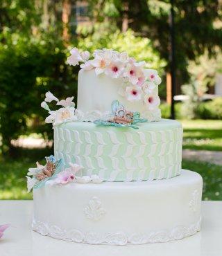Tort de nuntă pastelat, în decor floral
